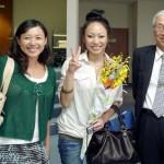 宮田英里さんと野中さゆりさんと岡部洋一学長