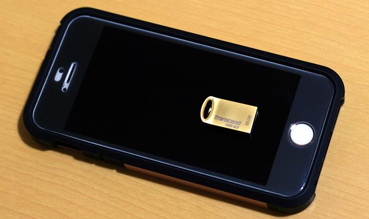 iPhone SEの上に置いたトランセンド JetFlash 710 TS16GJF710(16GB)USBメモリー
